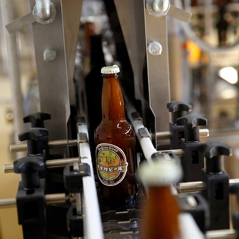 ナギサビールがボトリングされる風景