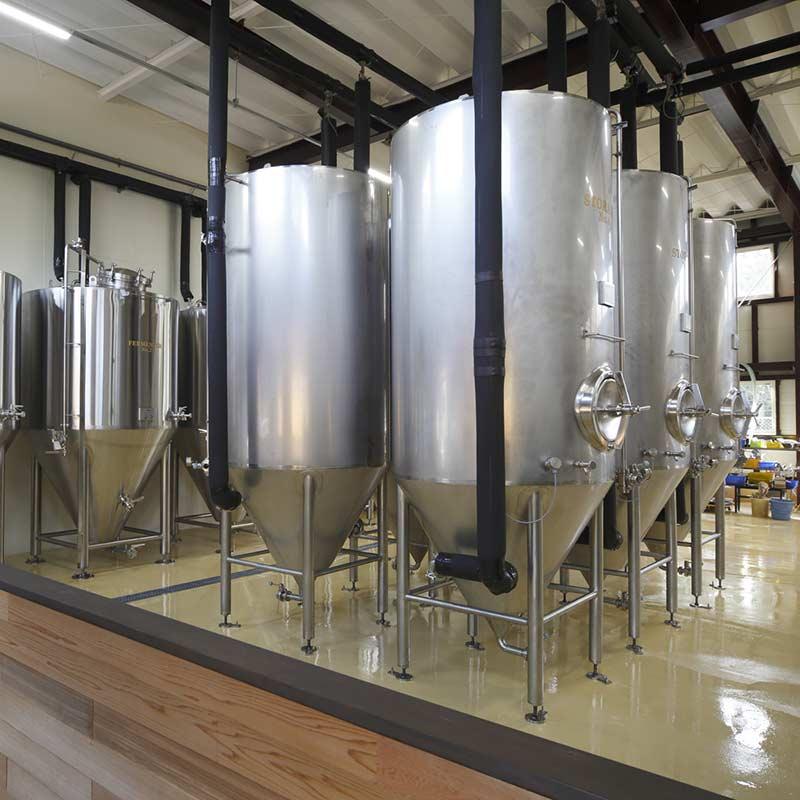 清潔に保たれたナギサビールの工場風景