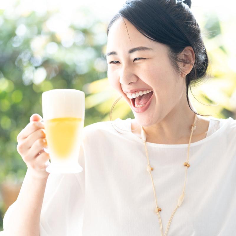 女性がナギサビールを飲むイメージ
